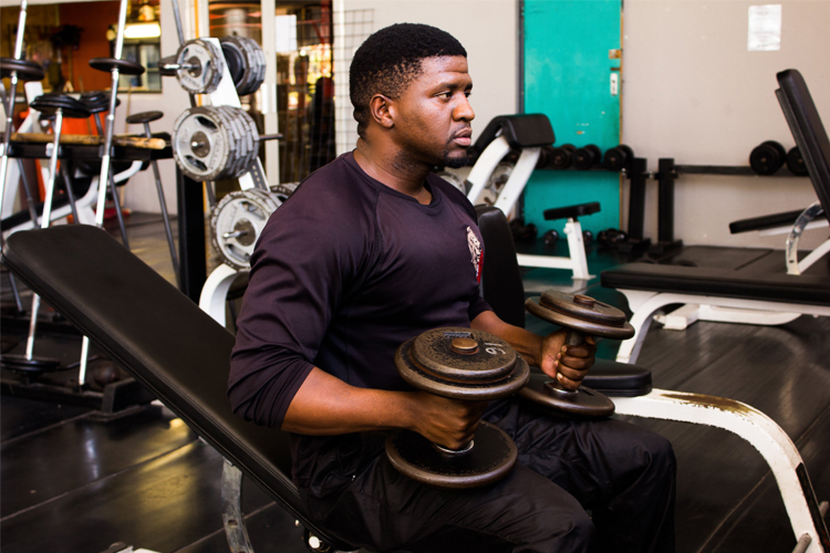 man_lifting_weights